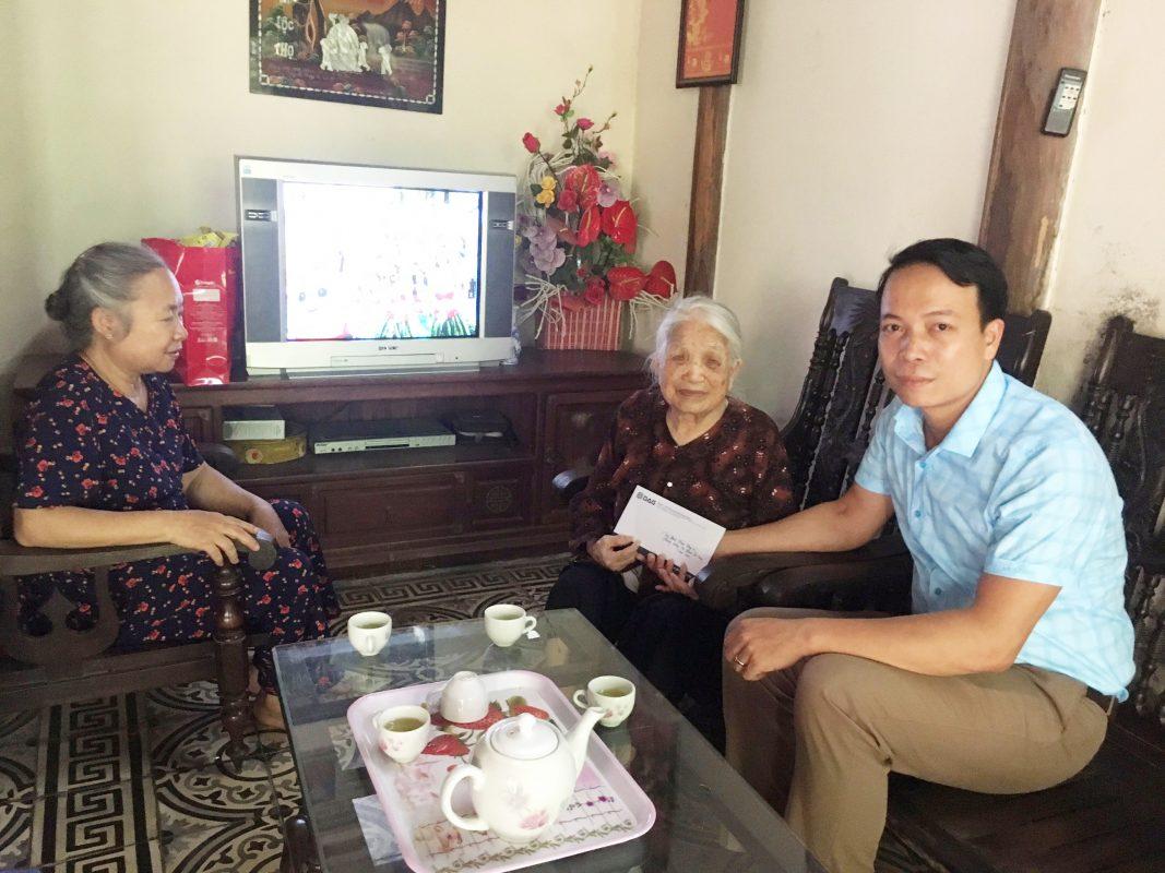 Ông Phạm Ngọc Hinh – đại diện Tập đoàn Nhựa Đông Á đến thăm và trao tặng kinh phí phụng dưỡng Bà mẹ Viêt Nam anh hùng Phạm Thị Quy năm 2019.