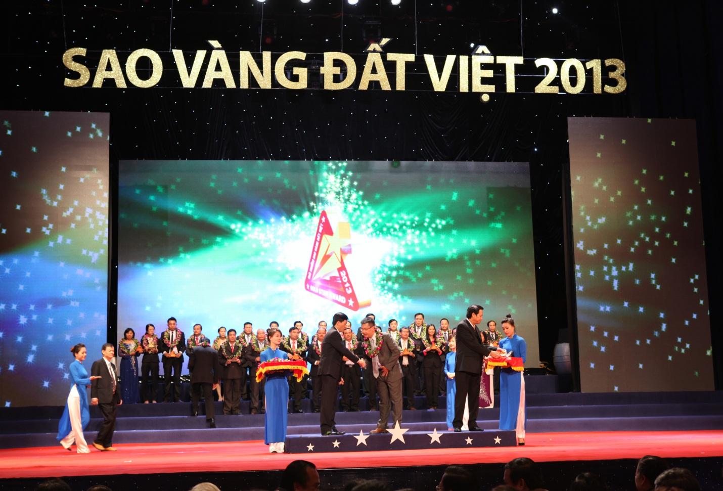 Ông Nguyễn Bá Hùng, Chủ tịch HĐQT kiêm Tổng GĐ Tập đoàn Nhựa Đông Á nhận giải thưởng Sao Vàng Đất Việt