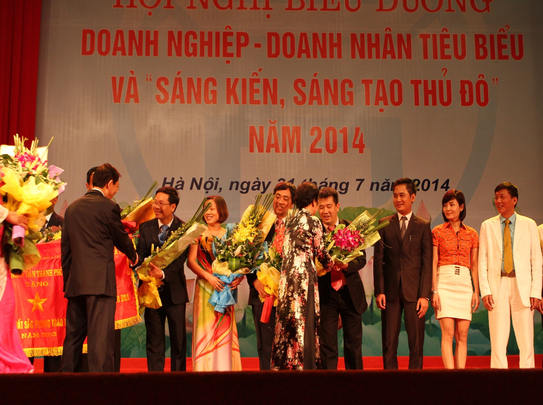 Ông Nguyễn Bá Hùng cùng đại diện các đơn vị nhận bằng khen và cờ thi đua của UBND Thành phố Hà Nội