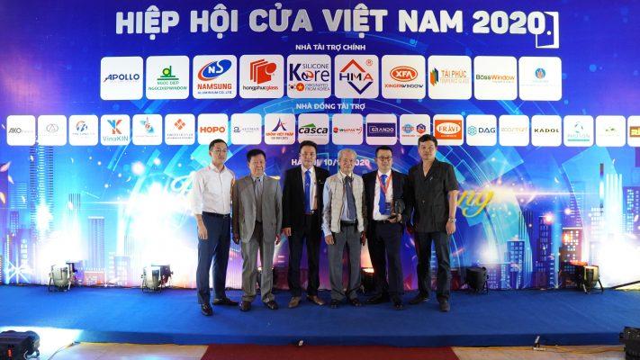 Ông Tống Văn Nga – Nguyên Thứ trưởng Bộ Xây dựng, Chủ tịch Hiệp hội VLXD Việt Nam cùng BCH Hiệp hội cửa Việt Nam nhiệm kỳ 2020-2025