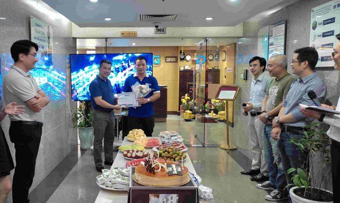 Ông Nguyễn Bá Hùng ghi nhận sự đóng góp của các thành viên trong bộ phận kinh doanh.